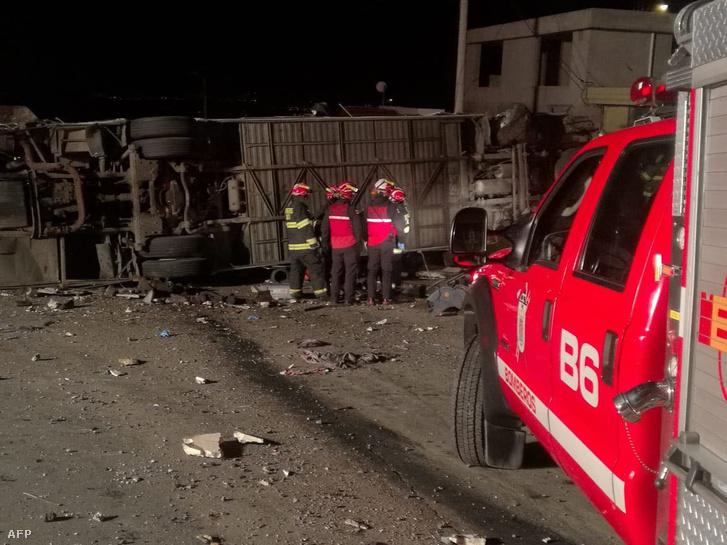 Tűzoltók dolgoznak a baleset helyszínén az ecuadori Quitó közelében 2018. augusztus 14-én