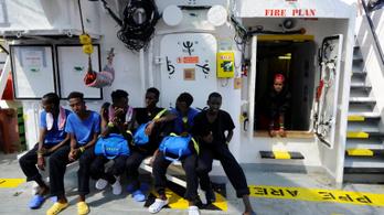 141 emberrel a fedélzetén várja az Aquarius, hogy hol köthet ki
