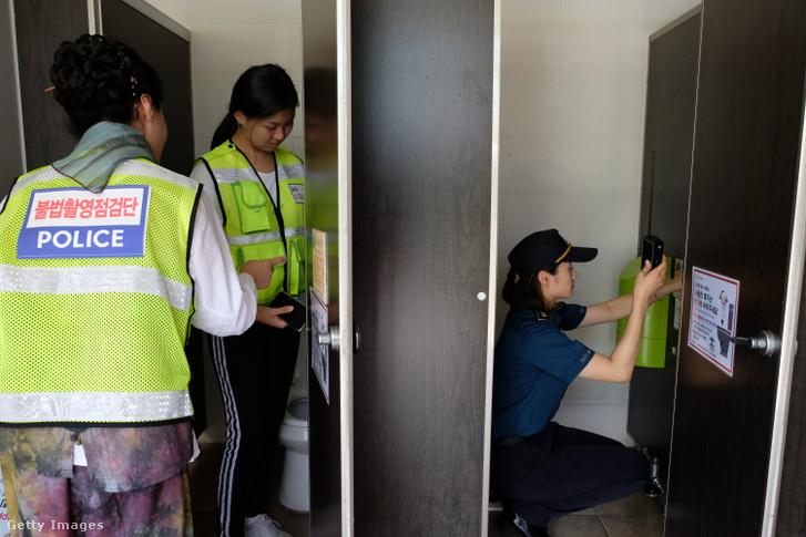 Rejtett kamerát keresnek egy nyilvános wc-ben Dél-Koreában
