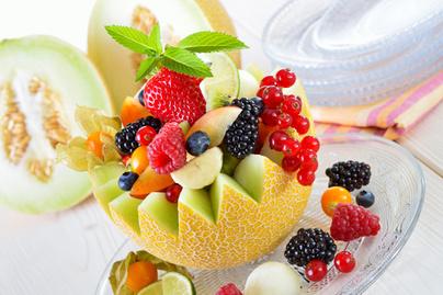 Könnyű, nyári gyümölcssaláta sárgadinnyébe töltve, mentás dresszinggel