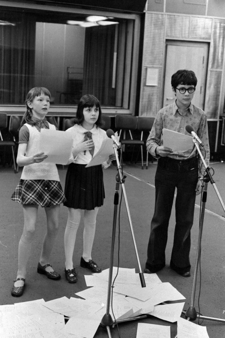 """A Magyar Rádióban 2003-ig működött a Gyerekstúdió, ahol 7 és 4 év közötti gyerekek tanulhattak rádiós színészetet. """"A foglalkozások zömében hétköznap délután és szombat délelőtt zajlanak. Van itt beszédkészség-fejlesztés, angol nyelvoktatás, pantomim, néptánc, a legkülönbözőbb kézműves foglalkozások, művelődéstörténeti játékok"""" – számolt be a Gyerekstúdió munkájáról egy újságcikk a nyolcvanas években."""