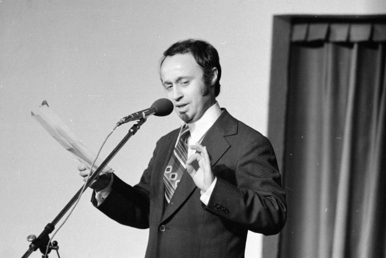 """Sas József – a rádió- és tévékabarék állandó szereplője, az ember, aki nélkül nincs szilveszter. 1973-ban lett a Mikroszkóp Színpad színésze, majd 1985-ben az igazgatója. """"Hidd el, akkor sem volt könnyű, a hatalom soha sem szerette, ha kinevetik"""" – mondta egy idei interjúban. Majd később hozzátette: """"A mai hatalom nem kedveli a szókimondó humort, hiszen még a civil megszólalásokat is elfojtja, ha teheti.""""                         https://fuhu.hu/sas-jozsi-na-hagyjal-mar-beken/"""