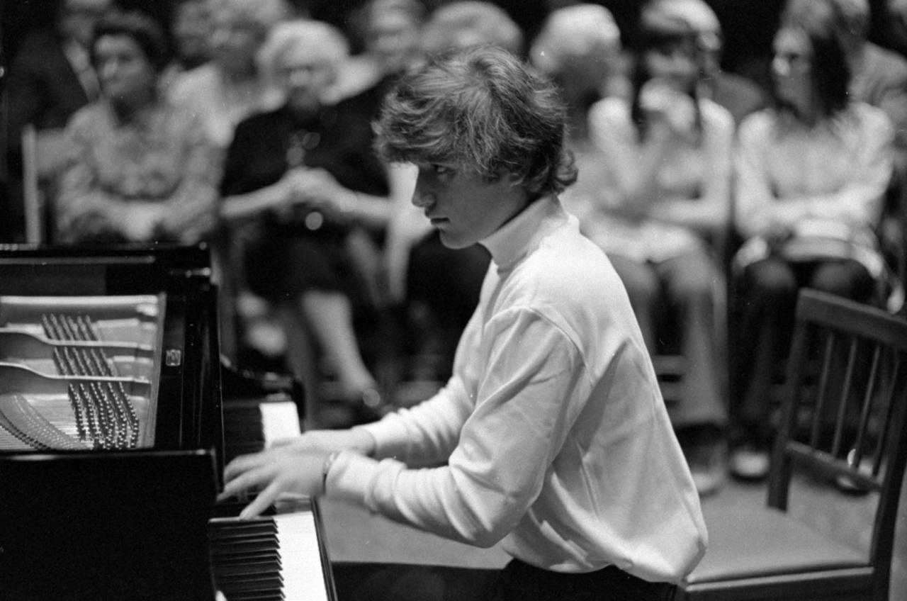 Ránki Dezső a zongoránál, aki Kadosa Pál osztályában többek között Jandó Jenő és Kocsis Zoltán évfolyamtársa volt. Rados Ferenc is tanította. 18 évesen megnyerte a zwickaui nemzetközi Schumann-verseny első díját, ami beindította a nemzetközi karrierjét is.