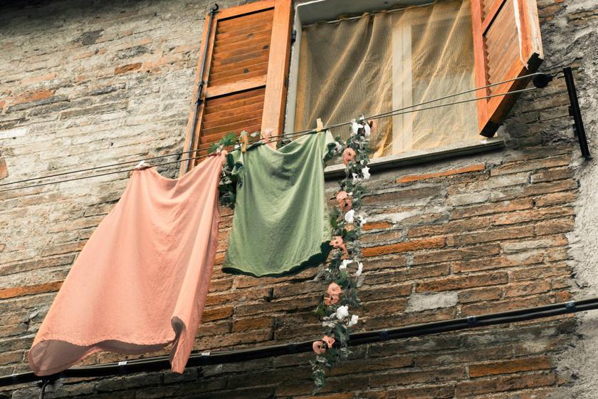 Büdösen szárad meg a ruha, mit tehetek? Így szedd ki az állott szagot mosás után