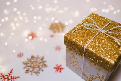 karácsonyi doboz ajándék arany csomagolás