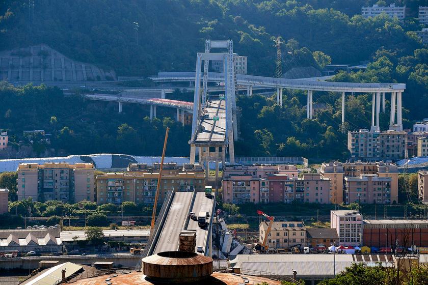 Az A10-es autópálya leszakadt hídja Genova közelében 2018. augusztus 15-én.