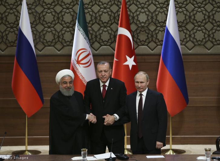Haszan Róháni iráni államfő, Recep Tayyip Erdogan török elnök és Vlagyimir Putyin orosz elnök (b-j) kezet fog a szíriai helyzet miatt összehívott török-orosz-iráni csúcstalálkozón az ankarai elnöki palotában 2018. április 4-én.