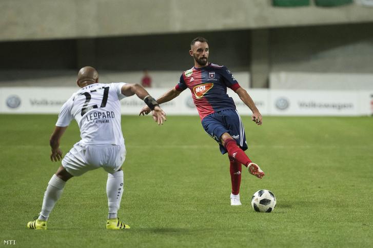 A fehérvári Fiola Attila (j) és a luxemburgi Bryan Mélisse a labdarúgó Bajnokok Ligája-selejtező első fordulójában játszott MOL Vidi FC – F91 Dudelange mérkőzésen a felcsúti Pancho Arénában 2018. július 17-én. A magyar bajnok 2-1-re győzött és 3-2-es összesítéssel bejutott a selejtező második fordulójába.