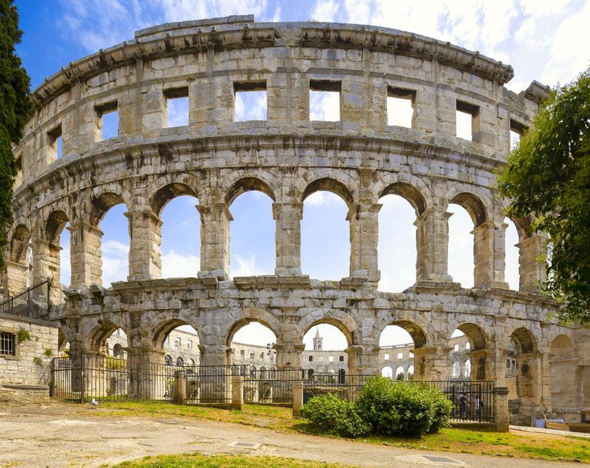 Pula legfőbb látványossága a domboldalra épült, tengerre néző, római kori amfiteátruma. Az egykori viadalok arénájában ma koncerteket és sportrendezvényeket tartanak.