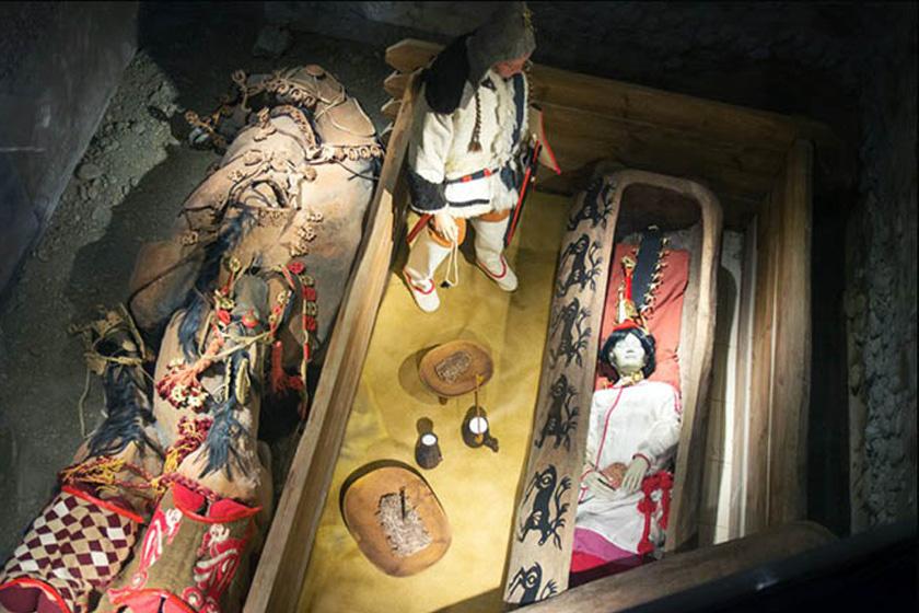 A múzeum tárlata részletesen bemutatja a sírt.