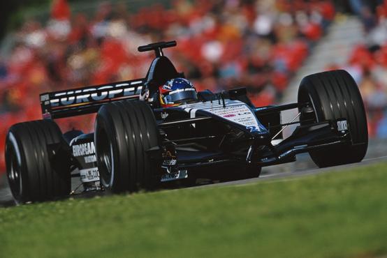 Alonso 2001-ben a Minardinál kezdett a Forma-1-ben, pontszerzésig nem jutott, a top 10-ben is csak egyszer zárt, de amit lehetett, kihozott a harmatgyenge autóból.