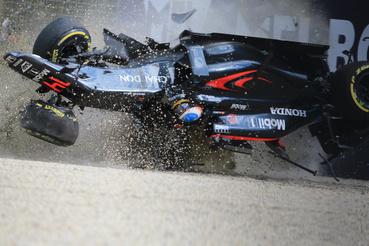 2016-ra is maradt a fekete festés. Ausztráliában hatalmas balesetet úszott meg Alonso, miután átfordult.