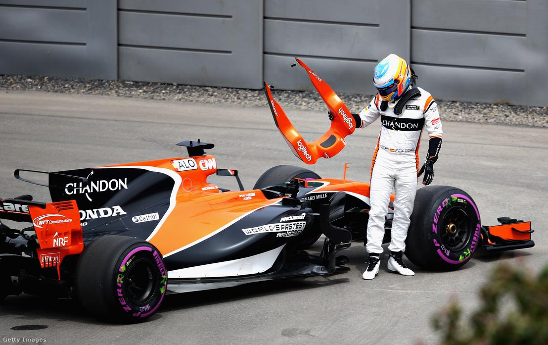 Jellemző kép: Alonso és a lerobbant McLaren-Honda
