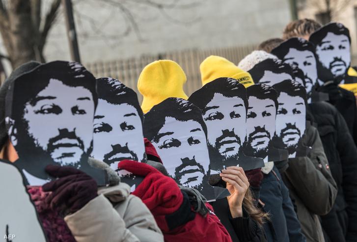 Taner Kilic maszkos aktivisták a berlini Török Nagykövetség előtt 2018. február 7-én.