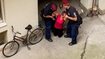 Összeesett a kilakoltatott nő a rendőrök karjai között