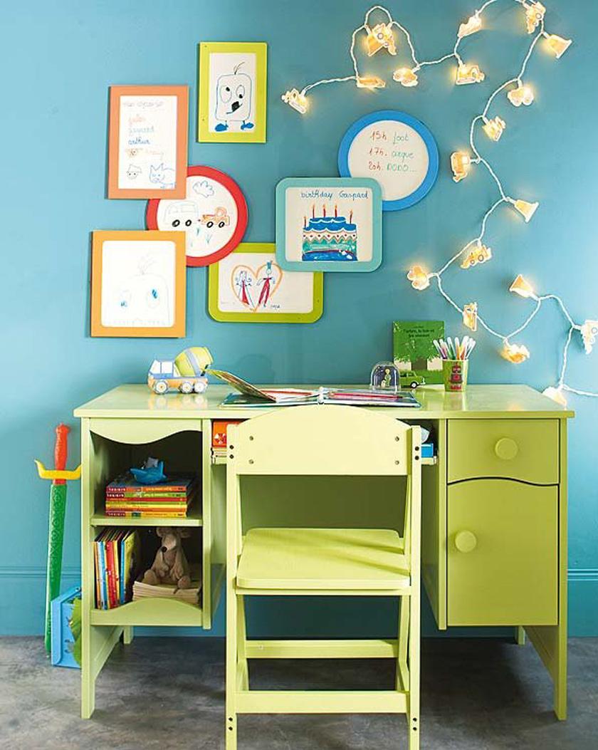 Senki sem mondta, hogy az íróasztal és a szék csak klasszikus színű és vonalú lehet: ha kisiskolás a gyerek, imádni fogja a színes, játékos bútorokat. A színekkel, fényekkel, faliképekkel tovább dizájnolható a tanulósarok.