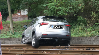 A síneken landolt egy terepjáró a Szilágyi Erzsébet fasoron