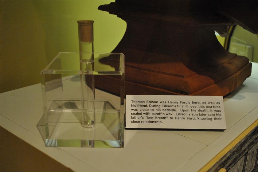 Az Edison utolsó leheletét őrző kémcsövek egyike a Ford Múzeumban.