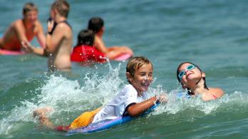 Egyre több gyerek fullad a vízbe, mert a szülő mobilozik a parton