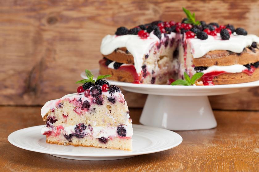 Tejszínes, mascarponés piskóta szederrel és ribizlivel: pillekönnyű, krémes torta