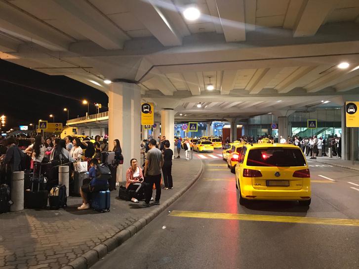 A lezárás idején készült fotó a terminál taxis várójáról.