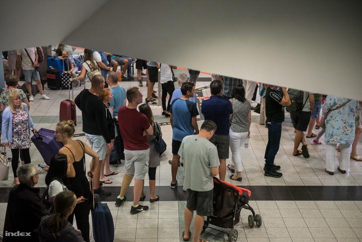 Induló utasok várakoznak 11 óra-körül a terminálon.