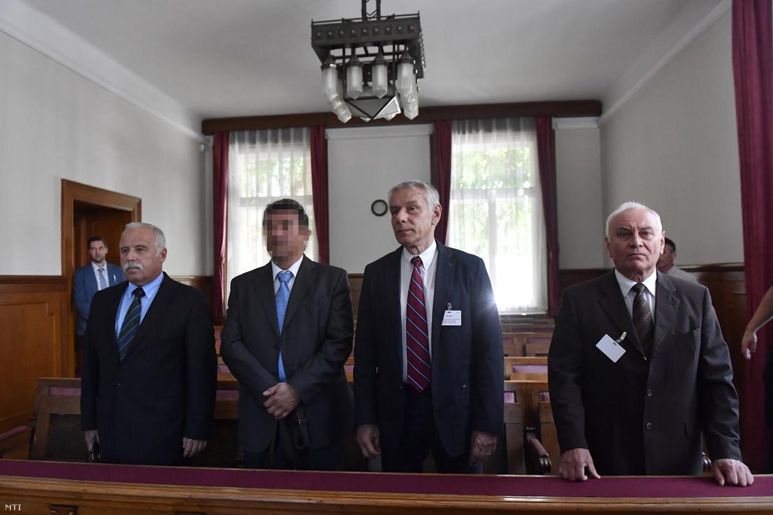 Galambos Lajos, a Nemzetbiztonsági Hivatal (NBH) volt főigazgatója, elsőrendű (j), Szilvásy György, a Gyurcsány-kormány titokminisztere, másodrendű (j2), P. László, egy biztonsági cég vezetője, harmadrendű (b2) és Laborc Sándor, a Nemzetbiztonsági Hivatal (NBH) volt főigazgatója, negyedrendű vádlott (b) az úgynevezett kémper tárgyalásán a Kúria tárgyalótermében 2018. május 29-én.