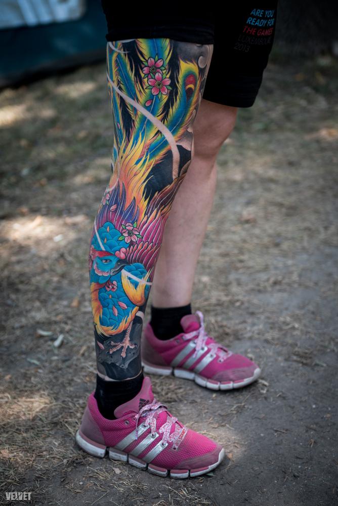 Ez a színekben gazdag, vidám tetoválás is egy egy nehéz történet emlékére készült
