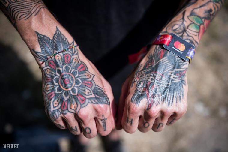 Ennek ellenére mégis a két kézfején lévő, nem fotós témájú, tetoválása a kedvence