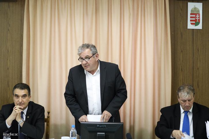 Balról Farkas Attila, a most megválasztott fideszes polgármester (korábbi alpolgármester), Dömsödi Gábor polgármester és Gajdics Gábor