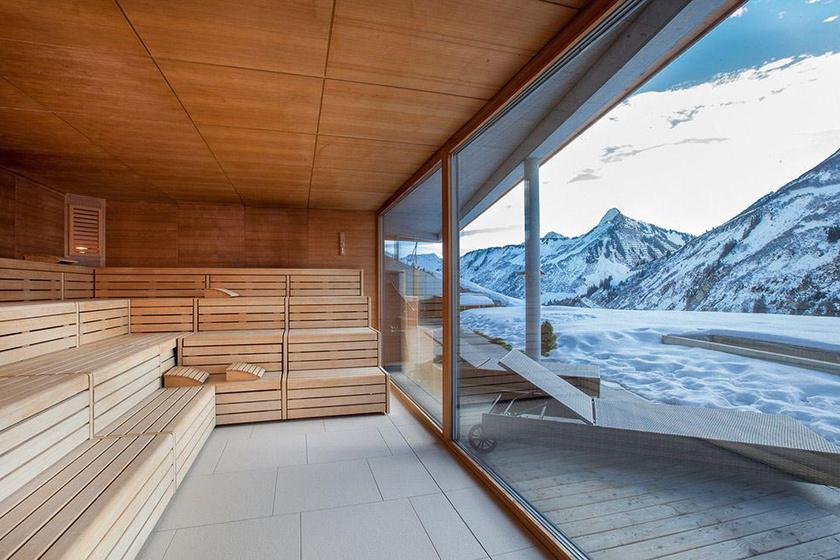 Lebilincselő látványt nyújtanak a hófödte hegycsúcsok a schladming-i síterep közelében található Natur- und Wellnesshotel Höflehner-ből: egy átsíelt nap után nincs is ennél szebb panoráma, a benti melegből szemlélve.