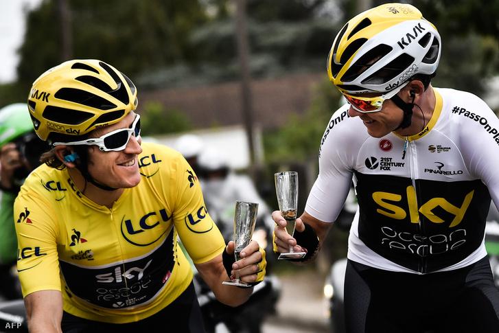 A Tour-győztes Geraint Thomas (b) és csapattársa, Chris Froome a 2018-as Tour de France utolsó szakaszán