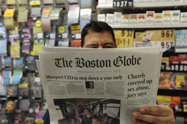 Philip Minias 46 a Snax Express tulajdonosa az augusztus 15.-i Boston Globe kiadását olvassa. Boston, Massachusetts