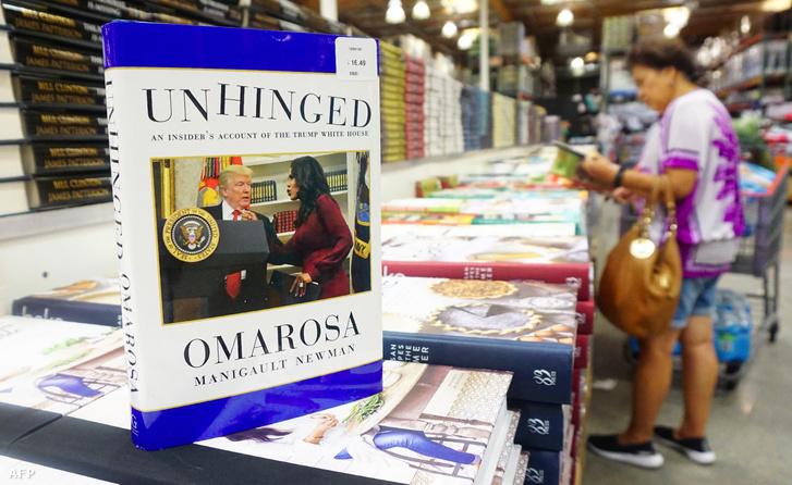Omarosa Manigault-Newman újonnan kiadott Unhinged című könyve eladásra kitéve Alhambra Kaliforniában, 2018. augusztus 04.