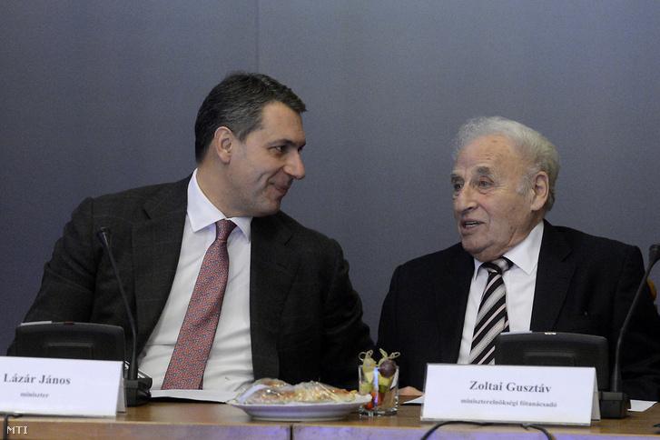 Lázár János a Miniszterelnökséget vezetõ miniszter (b) és Zoltai Gusztáv a miniszter tanácsadója a Magyarországi Zsidó Hitközségek Szövetségének (Mazsihisz) korábbi ügyvezetõ igazgatója a Zsidó Közösségi Kerekasztal ülésén az Országház Vadásztermében 2016. december 12-én.