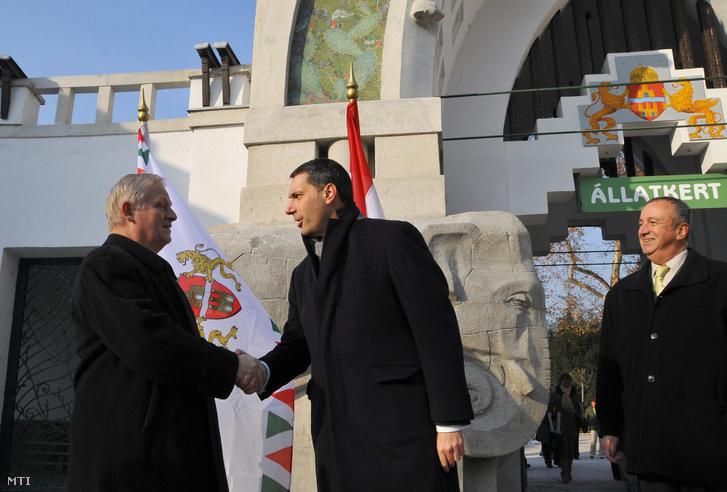Lázár János a Miniszterelnökséget vezető államtitkár (k) és Tarlós István főpolgármester (b) kezet fog Persányi Miklós a Fővárosi Állat- és Növénykert igazgatója társaságában az állatkert felújított főkapuja előtt 2012. december 6-án.
