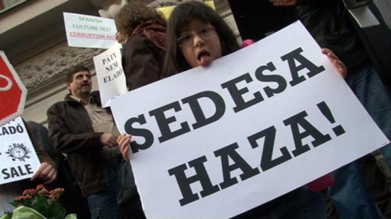 Spanyol spekulánsok ellen tüntettek a pátyiak