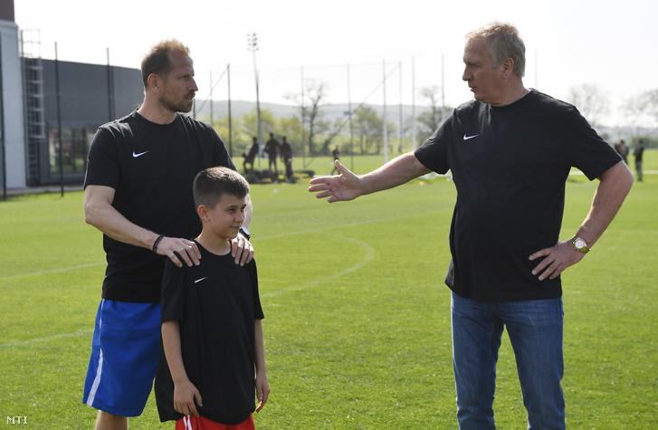 Torghelle Sándor, az MTK játékosa, Lovas Konrád (k) és Nyilasi Tibor egykori válogatott labdarúgó a Magyar Labdarúgó Szövetség (MLSZ) telki edzőcentrumában 2018. április 25-én.