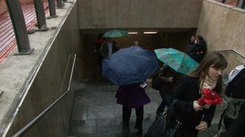 Beázik a felújított metróállomás esővédője