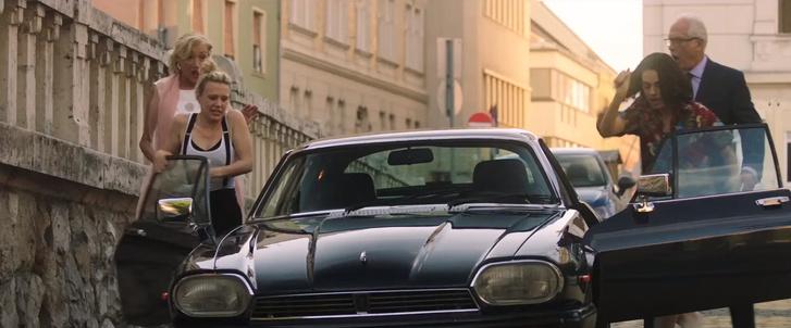Bánfalvy Ági egyáltalán nem örül, hogy két idióta amerikai lenyúlná a Corvin téren parkoló Jaguárját