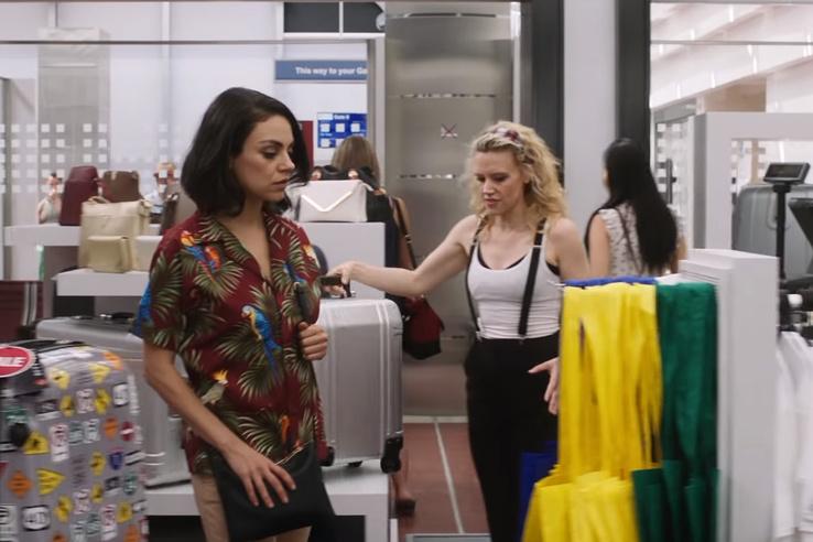 Mila Kunisékat hatalmas bőröndakciók várták a ferihegyi táskaboltban