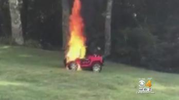 Égő elektromos kiskocsiból rántotta ki két kisgyerekét az anya Amerikában