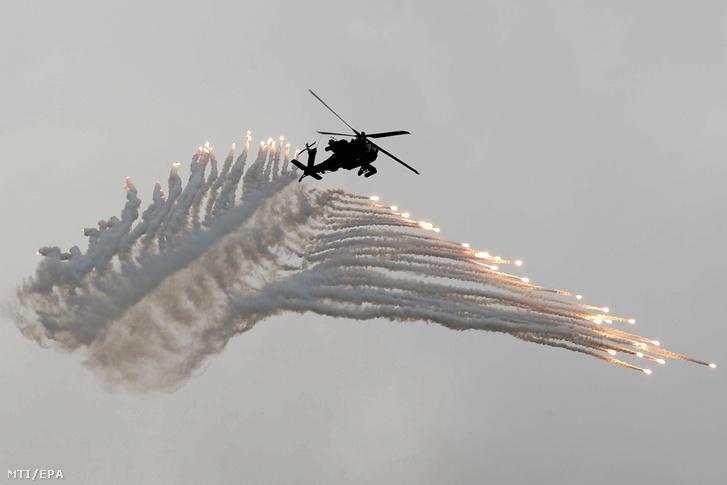 Gyújtófáklyákkal tüzel egy AH-64 Apache típusú katonai helikopter a 34. alkalommal tartott évenkénti Kínai Dicsőség (Han Kuang) fedőnevű tajvani hadgyakorlaton Taicsung városnál 2018. június 7-én.