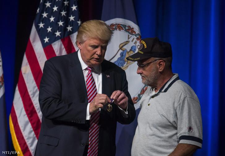 Donald Trump republikánus párti elnökjelölt (b), miután Louis Dorfman háborús veterán odaajándékozta neki saját Bíbor Szív katonai kitüntetését a Virginia állambeli Ashburnben tartott kampánygyűlésén 2016. augusztus 2-án.