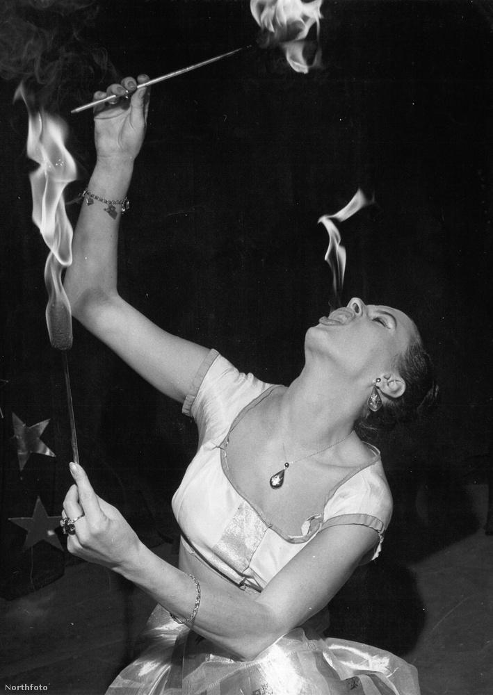 Ez a fotó 1959-ben készült és a 23 éves Mrs Austen Spriggst láthatja rajta, aki a Rhanee Motie művésznéven lépett fel
