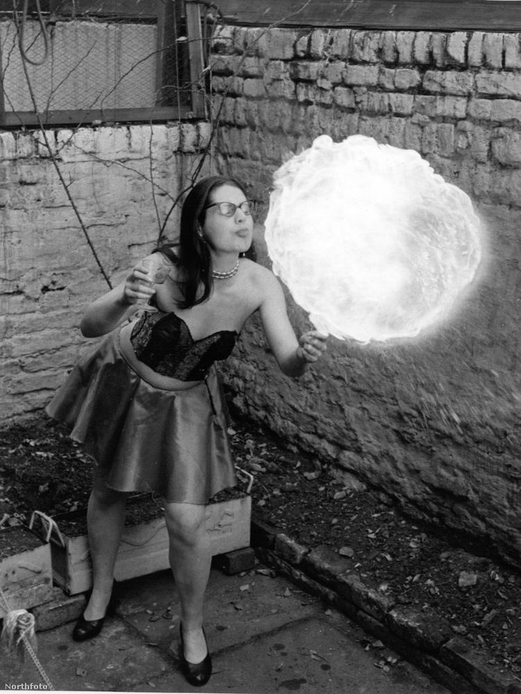 Ő pedig már egy másik egykor híres tűznyelő lány: Priscilla Birt.