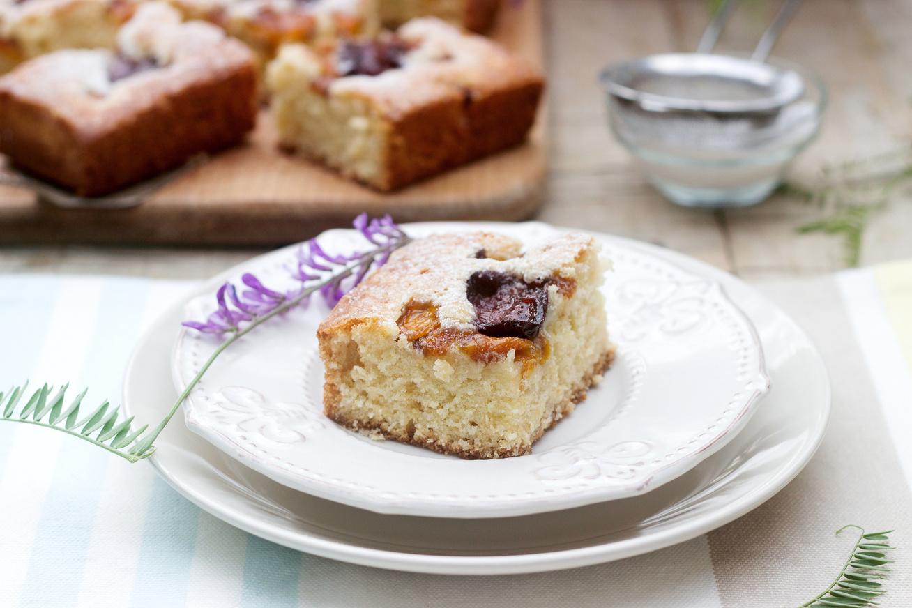 Egyszerű, szilvás-barackos süti: még a piskótánál is könnyebb a tésztája