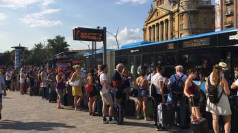 Nem igazán bírta a reptéri busz a Szigetről távozók rohamát