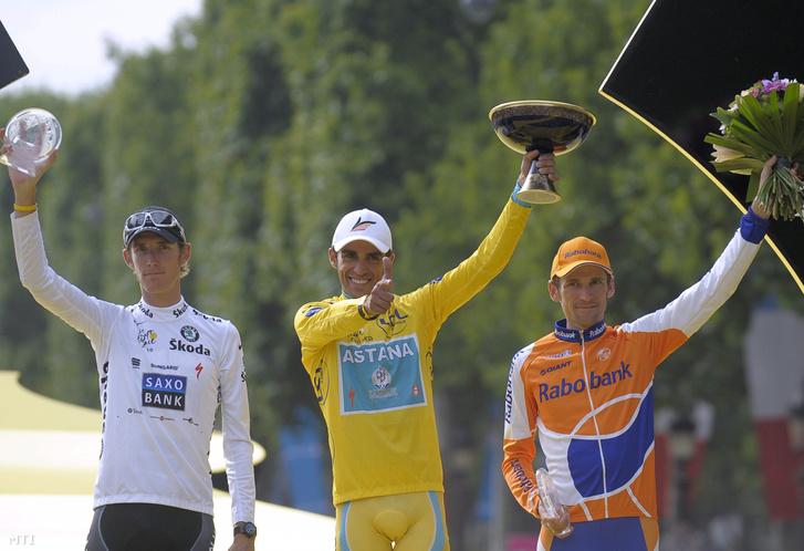 2010. július 25.                         A spanyol címvédõ Alberto Contador (k) ünnepel a második helyezett luxemburgi Andy Schleck (b) és a harmadik helyezett orosz Gyenyisz Mencsov között a 20. Longjumeau és Párizs közötti 105 kilométeres szakasz végeztével miután megnyerte a 97. Tour de France profi országúti kerékpáros körversenyt.