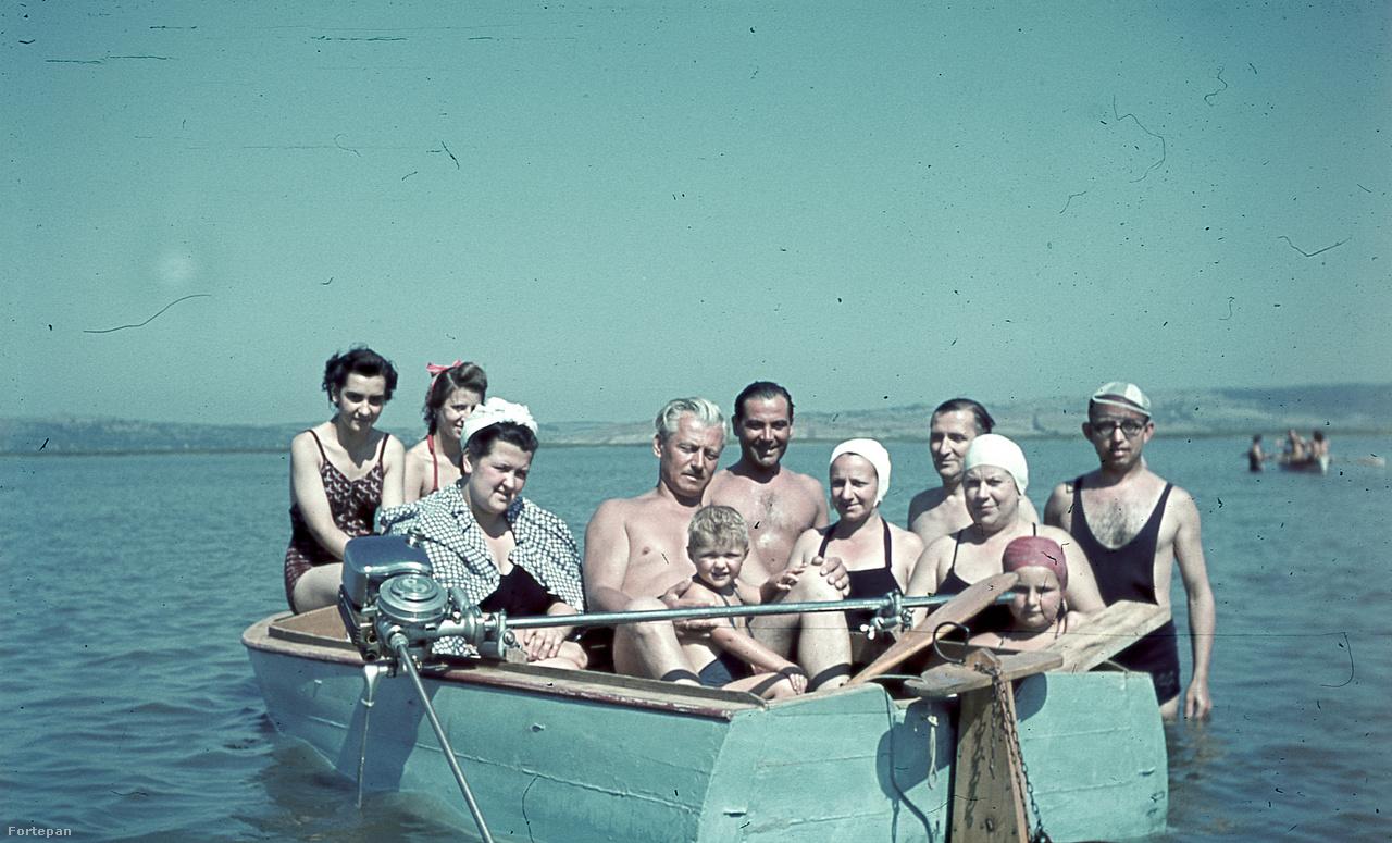 A háború alatt Miklós Lajos néhány hetet vagy hónapot itthon töltött. Ez a kép épp egy ilyen alkalommal készült a családról Agárdon 1941 nyarán, ahol gyakran nyaraltak.Akkoriban a Velencei-tó déli partján lévő település kedvelt üdülőhelye volt a fővárosiaknak, Miklósiék baráti társaságából sokaknak volt ott faházas nyaralója. A kép bal oldalán két unokatestvér, pöttyös ingben Márta anyukája. Jobb szélen szemüvegben és csíkos, kicsit félrecsúszott sapkában Lekvárzsibbasztó Pista bácsi, így nevezte ugyanis Márta nagypapája a férfit, amit persze az egész család eltanult tőle. A Sax motoros csónak neve Nimród I.